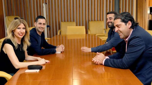 Sepulcre (derecha) frente a Montesinos durante la reunión mantenida este martes sobre la Alcaldía de Alicante