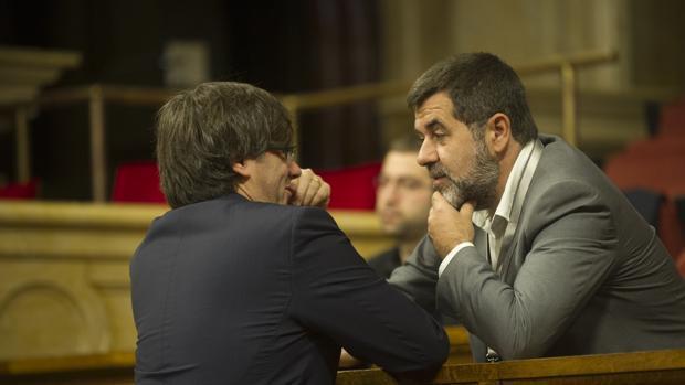 El exlíder de la ANC Jordi Sànchez, con Carles Puigdemont, en el Parlament, en una imagen de archivo