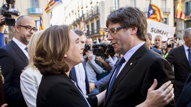 La alcaldesa de Barcelona, Ada Colau, con el expresidente Puigdemont