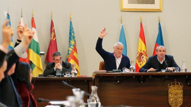 El alcalde de Becerreá votando con el PP durante el últimio pleno provincial