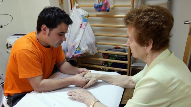 Paciente con párkinson en una sesión de rehabilitación