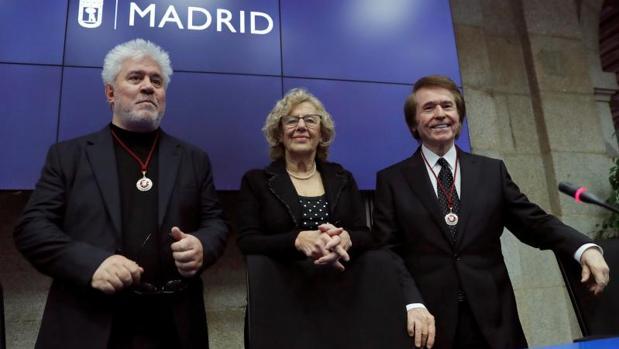 El cineasta Pedro Almodóvar y el cantante Raphael reciben los títulos de hijos adoptivos de Madrid por parte de la alcaldesa Manuela Carmena