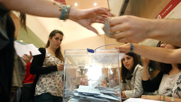 Estudiantes votando en las elecciones al Rectorado de Valladolid en una imagen de archivo