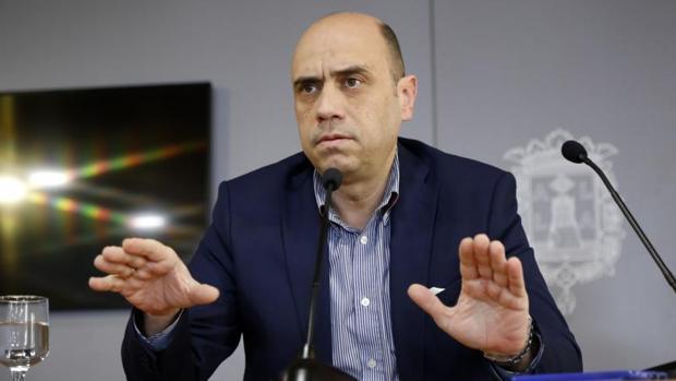Gabriel Echávarri durante su última comparecencia todavía como alcalde en Alicante
