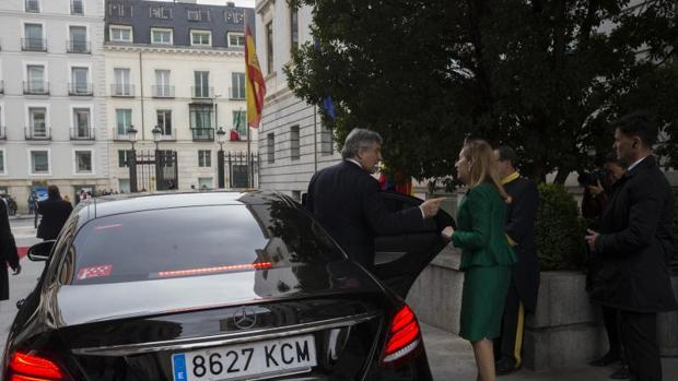 Antonio Tajani se despide de Ana Pastor y abandona el Congreso en un coche de Cabify, este miércoles