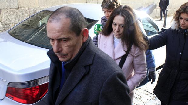 Alejandra Fernández, con un abrigo rosa, llega a la Audiencia de Toledo acompañada de su abogado