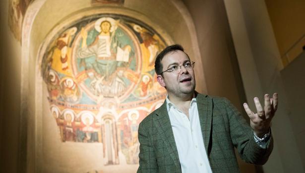 Javier Sierra, junto al ábside de Taüll