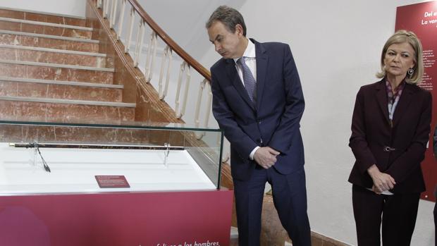 José Luis Rodriguez Zapatero junto a Gabriela Bravo, en la expsoción de la vara de mando de Manuel Azaña en Elda