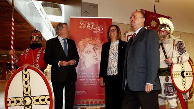 Íñigo Méndez de Vigo (i), junto a Ángeles Armisén y Andrés Carretero, durante la presentación del programa de los actos conmemorativos del 50 aniversario del descubriumiento de la Villa Romana La Olmeda