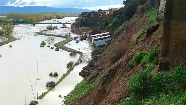 Imagen de la ladera que se ha desprendido. A sus pies, el Ebro desbocado a su paso por Gallur