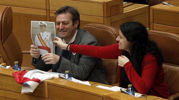 Luis Bará muestra desde su escaño la foto que posteriormente acabó rompiendo en la tribuna del Parlamento