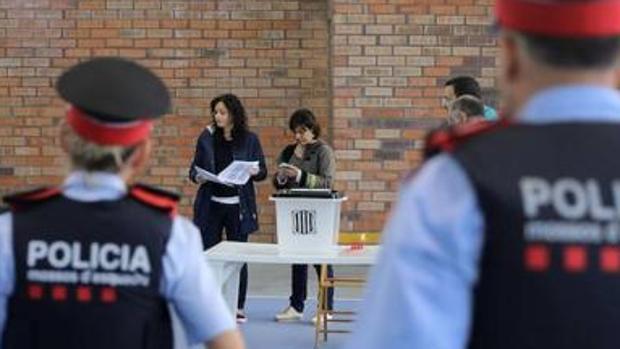 Agentes de los Mossos durante el referéndum ilegal del 1-O