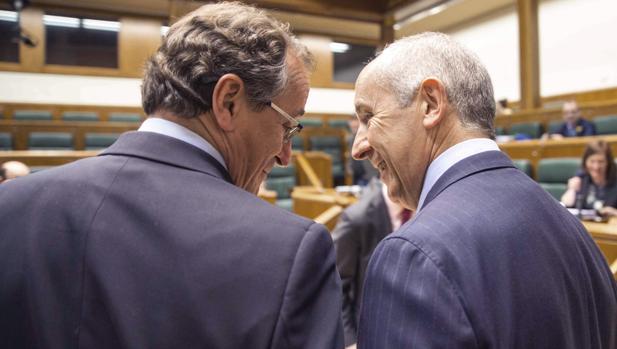 Alfonso Alonso (PP), junto al portavoz del Gobierno vasco, Josu Erkoreka