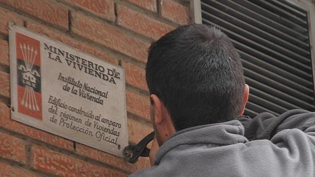 Imagen de la retirada de unas placas alusivas al Instituto Nacional de la Vivienda de Franco