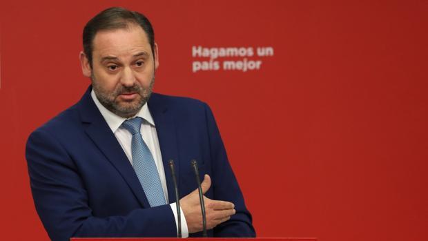 El secretario de Organización del PSOE, José Luis Ábalos, durante a rueda de prensa ofrecida hoy en la sede socialista de la calle Ferraz sobre la actualidad política