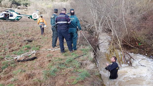 Miembros del equipo de búsqueda, en el río en el que ha aparecido el cadáver