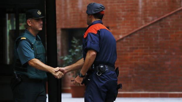 Un Mosso saluda a un agente de la Guardia Civil en Cataluña
