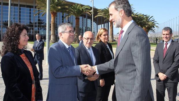 El Rey Felipe VI saluda a Marco Aurelio Pérez en Maspalomas