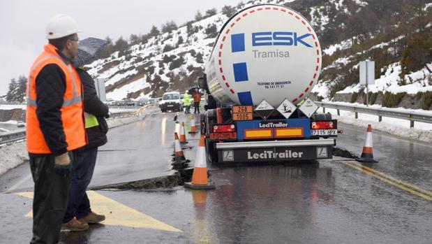 La aparición de unas grandes grietas en la calzada en la carretera N-330, en lo alto del puerto del Monrepós, en Huesca, ha obligado a prohibir el trafico a todo tipo de vehículos