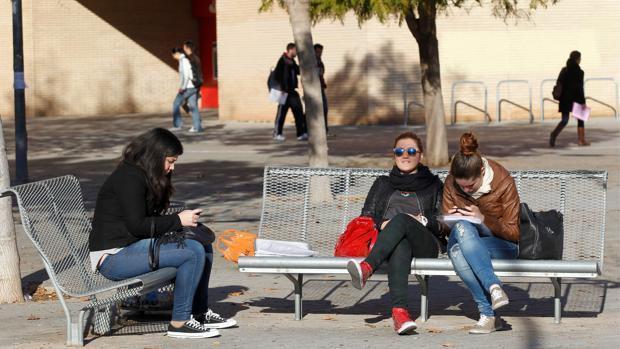 Imagen de archivo estudiantes en el campus de la Universidad de Valencia