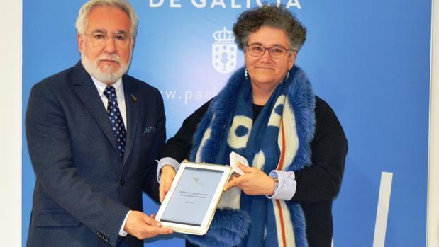 El presidente del Parlamento, Miguel Santalices, recibe la memoria de la Valedora