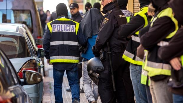 Imagen de archivo de agentes de la Policía Nacional en una operación