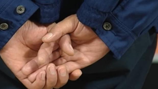 Las manos del alcalde de Yaiza, Lanzarote, Juan Francisco Reyes, en el juzgado al escuchar sentencia