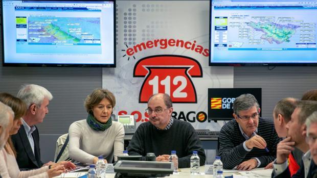 La ministra Tejerina, junto al presidente aragonés Javier Lambán, en el Centro de Coordinación de Emergencias