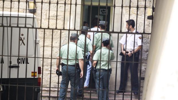 Imagen de archivo de unos agentes de la Guardia Civil en Alicante