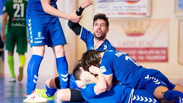 Los jugadores del equipo de la ciudad del vino se abrazan ayer tras uno de los goles conseguidos