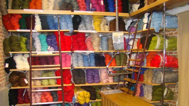 Madejas coloridas de distintas variedades llenan los estantes de El Gato Negro