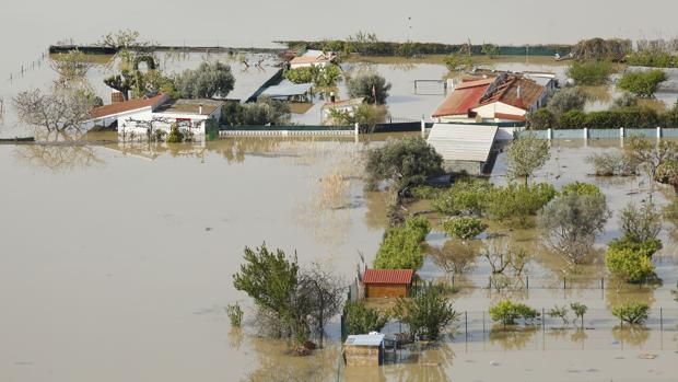 Casas de campo y explotaciones agrícolas cubiertas por las aguas del Ebro cerca de Zaragoza capital