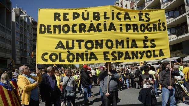 Una de las pancartas que se ven en la manisfestación, señalando que Cataluña es una colonia de España