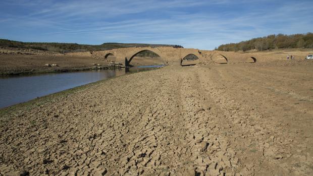 El embalse de Aguilar de Campoo (Palencia) en uno de sus niveles más bajos