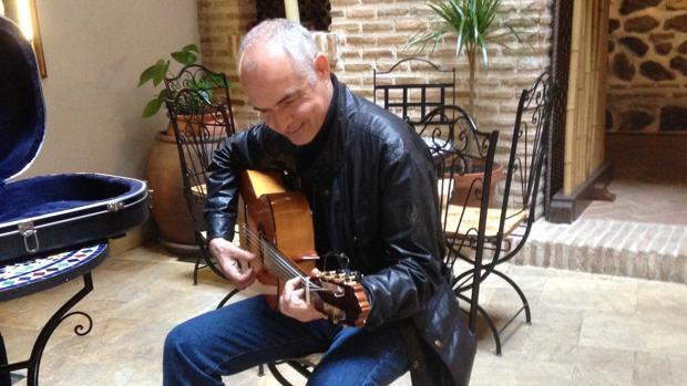 Sabino Méndez tocando una guitarra de Paco de Lucía en su casa de Toledo