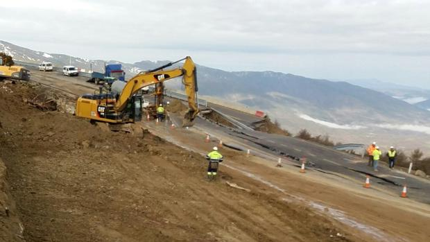 Máquinas trabajando contrarreloj para reabrir al tráfico el Monrepós, afectado por un hundimiento del terreno