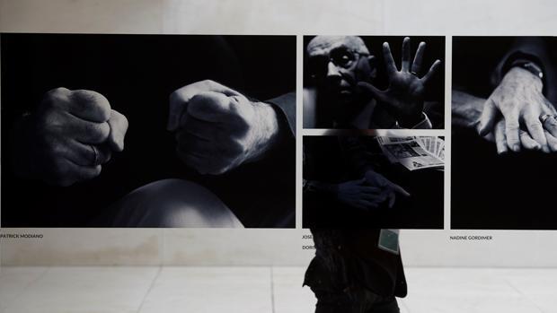 Un visitante recorre el Caixafórum, que reúne desde hoy en Barcelona 96 fotografías de 23 Nobel de Literatura