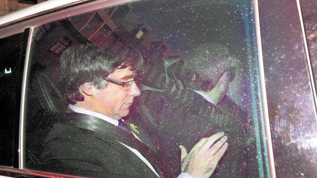 Carles Puigdemont fotografiado en su vehículo en una imagen de archivo