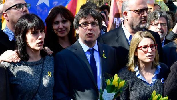 Carles Puigdemont (centro) canta junto a varios seguidores en una imagen de archivo