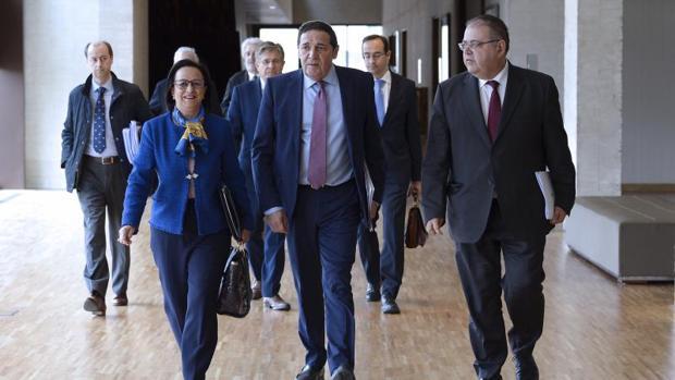 Sáez Aguado, con procuradores del PP y miembros de su equipo, antes de comparecer este pasado lunes en la Comisión