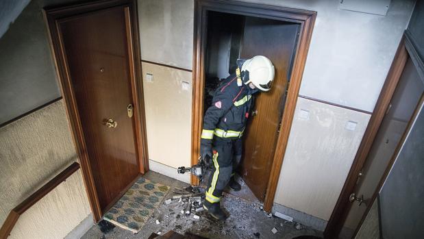 Un bombero interviene en una incendio en una vivienda