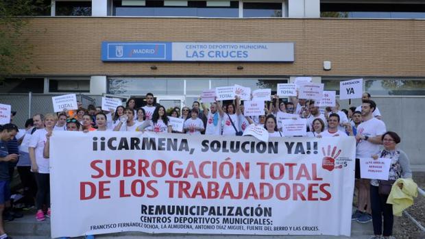 Los empleados y usuarios del centro deportivo municipal Las Cruces (Aluche) protestan, ayer, para pedir la subrogación de sus empleados