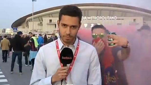 Uno de los momentos en que el reportero fue increpado