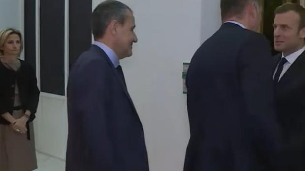 Maupertuis, que ha estado en Canarias en abril, observa al líder político de Córcega cuando saluda a Macron,