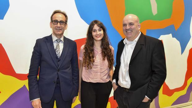 El director de CaixaForum Barcelona, Valentí Farràs; la escritora ganadora, Mónica Baños; y el director de Plataforma Editorial, Jordi Nadal