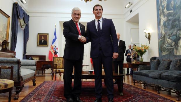 Rivera (derecha), posa junto al presidente de Chile, Sebastián Piñera