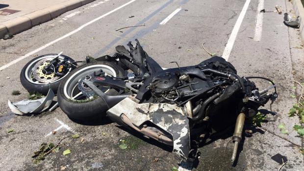 Imagen de archivo de una moto destrozada tras un accidente