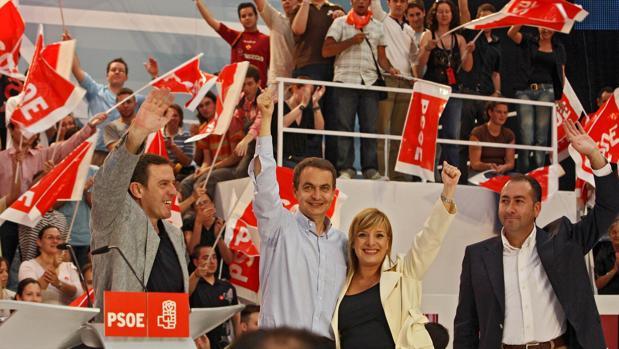 Imagen de Etelvina Andreu y Zapatero, tomada durante un mitin en 2007