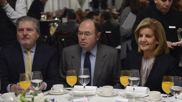 Pío García-Escudero (en el centro), nuevo presidente del PP madrileño