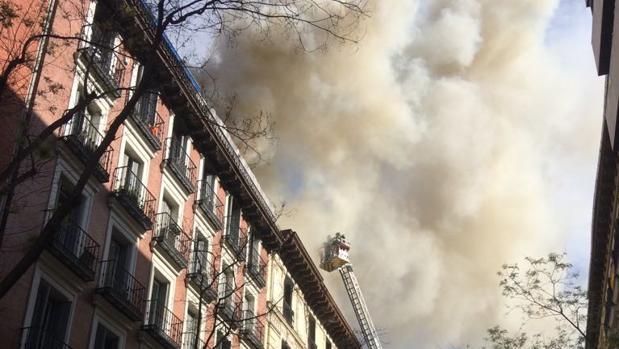 La cubierta del edificio, en la calle de Lagasca, en llamas